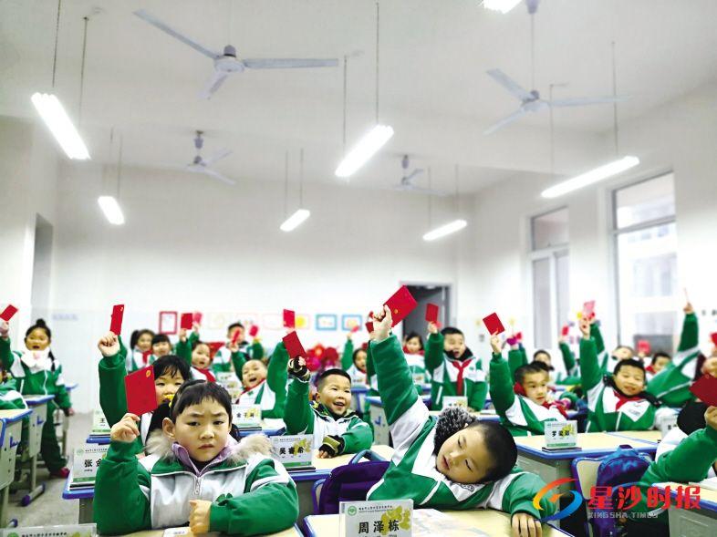 """昨日是开学第一天,湖南师大附中星沙实验学校的孩子们收到校长送的""""惊喜""""。潘东晓 摄"""