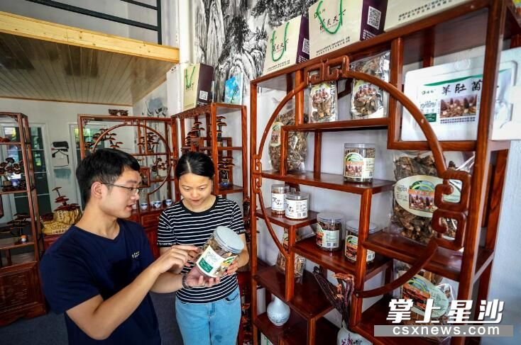 黄民凤正在浔龙河新农众创空间展示平台向顾客介绍羊肚菌。盛磊 摄