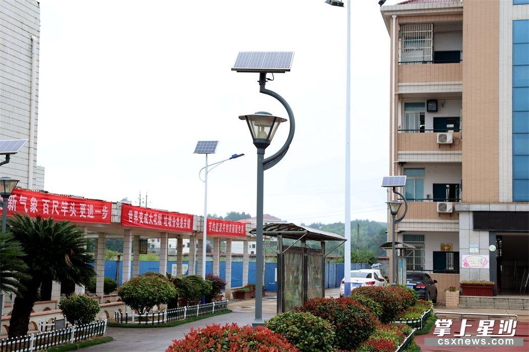 江背镇印山学校环操场过道安装了太阳能路灯。