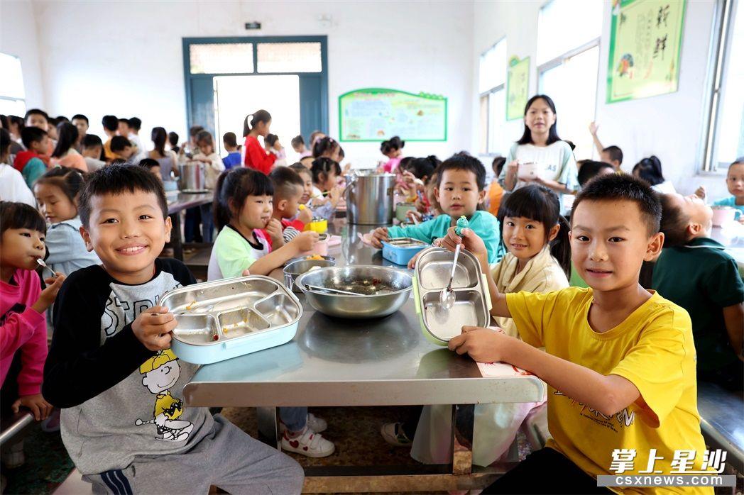 """午餐时间,学生们按食量打菜,做到""""光盘""""。"""