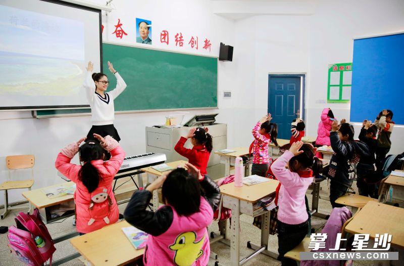 长沙县实施教育扶贫,组织城乡学校开展结对帮扶,促进教育均衡化发展。章帝 摄