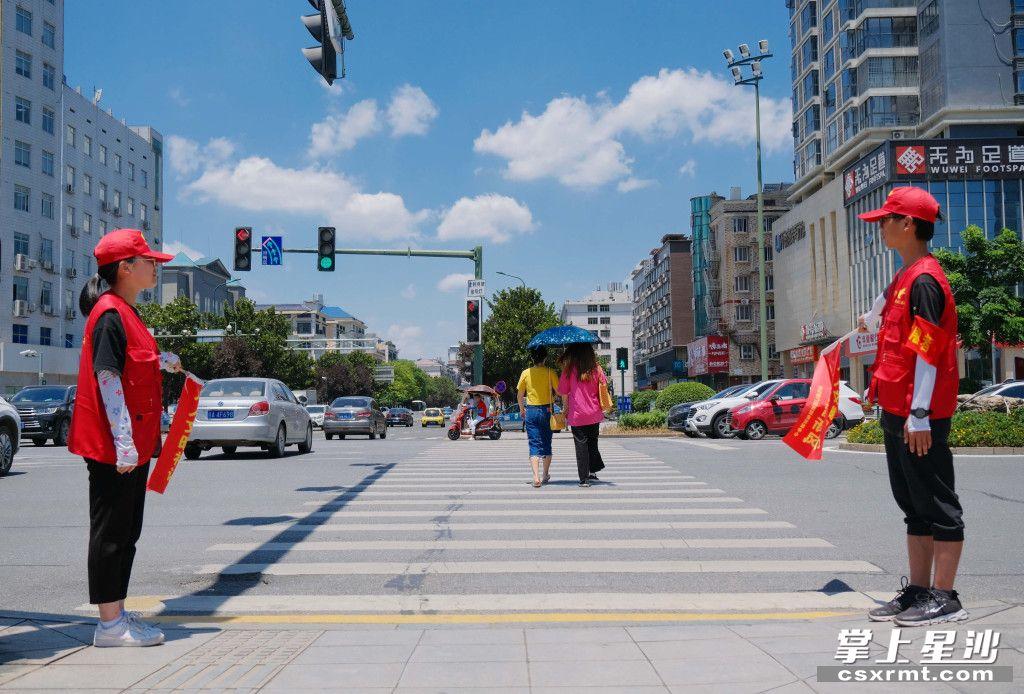长沙县青年志愿者参与文明创建志愿活动。章帝 摄
