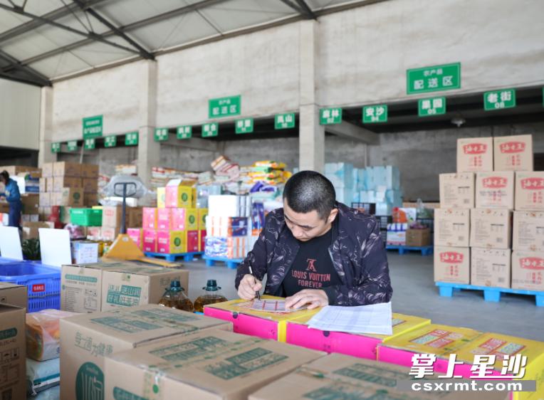 路口物资供销有限公司积极开拓农村电子商务服务。 盛磊 摄
