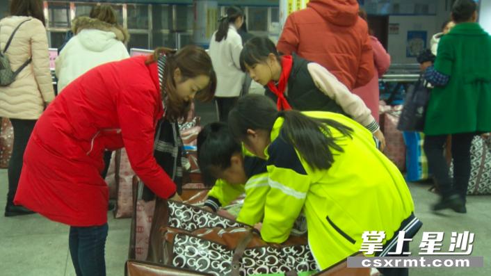 """图为县百熙实验学校""""暖冬行动"""",师生在整理捐赠衣物。李丹 摄"""