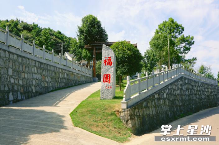 """李正林家中入口处的""""福园"""",与周围环境相得益彰。梁焕鑫 摄"""